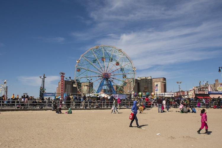 Free places to go in New York City with Kids including Coney Island